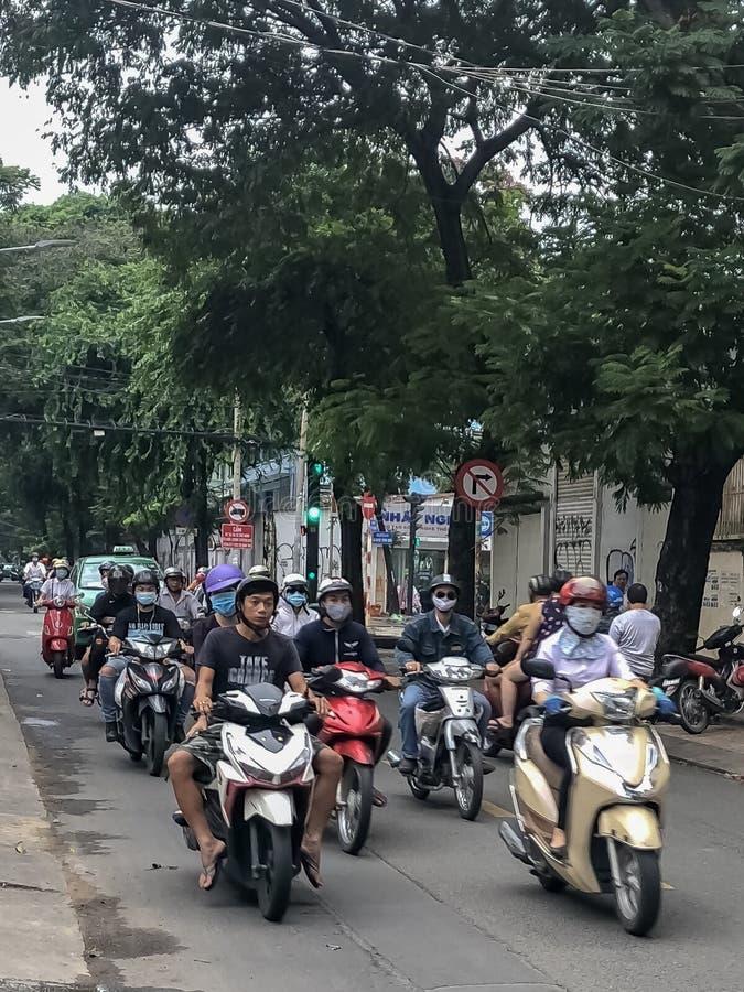 Fietsers in verkeer op de straten in Vietnam royalty-vrije stock fotografie