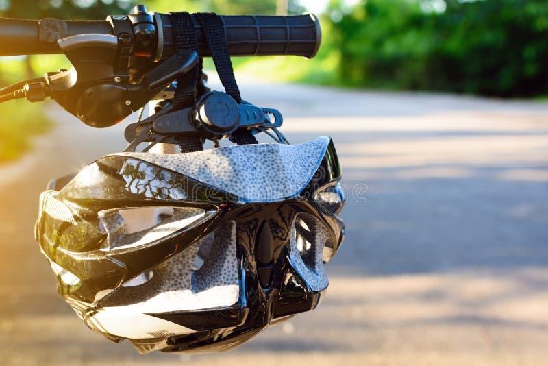 Fietshelm en fiets op de straat stock foto
