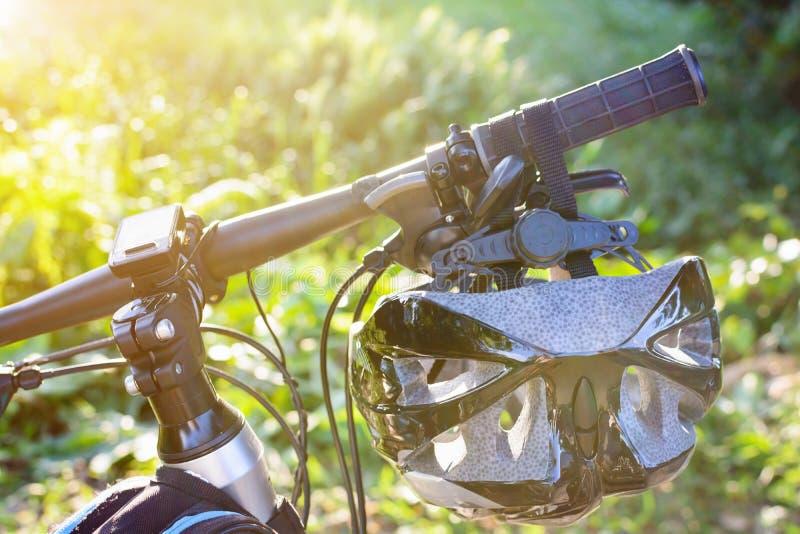 Fietshelm en fiets op de straat stock afbeelding