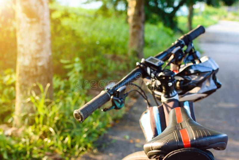 Fietshelm en fiets op de straat stock afbeeldingen