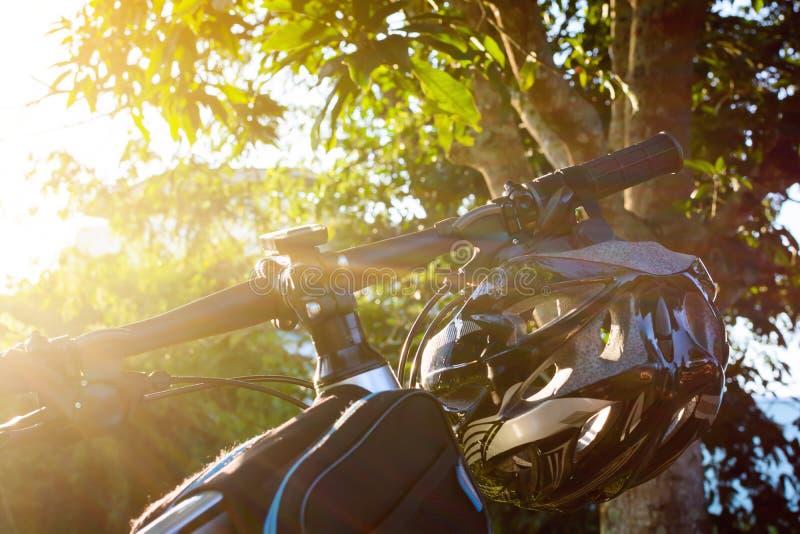 Fietshelm en fiets op de straat stock foto's