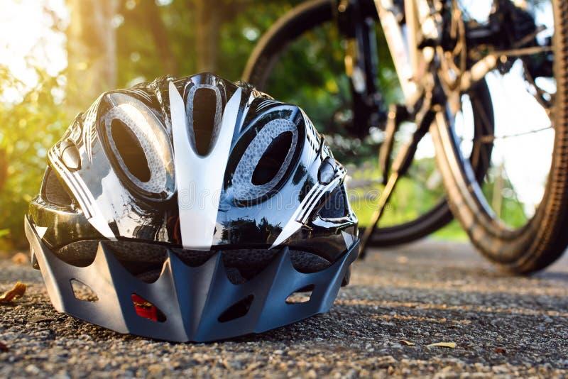 Fietshelm en fiets op de straat royalty-vrije stock afbeeldingen