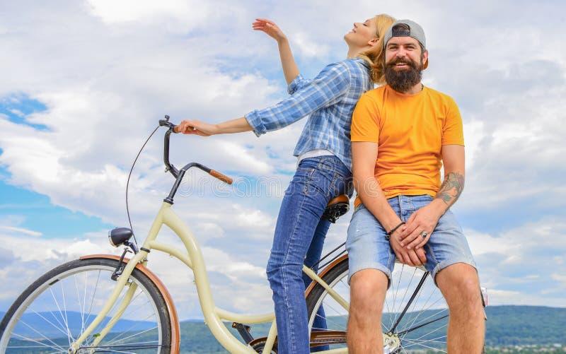 Fietshuur of fietshuur voor korte perioden Datumideeën Paar met de hemelachtergrond van de fiets romantische datum Mens royalty-vrije stock afbeeldingen