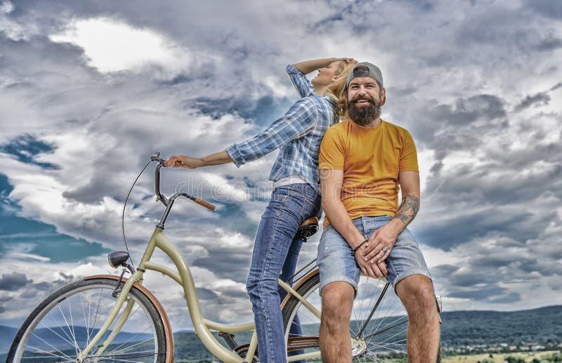 Fietshuur of fietshuur voor korte perioden Datumidee?n Paar met de hemelachtergrond van de fiets romantische datum Mens stock afbeelding