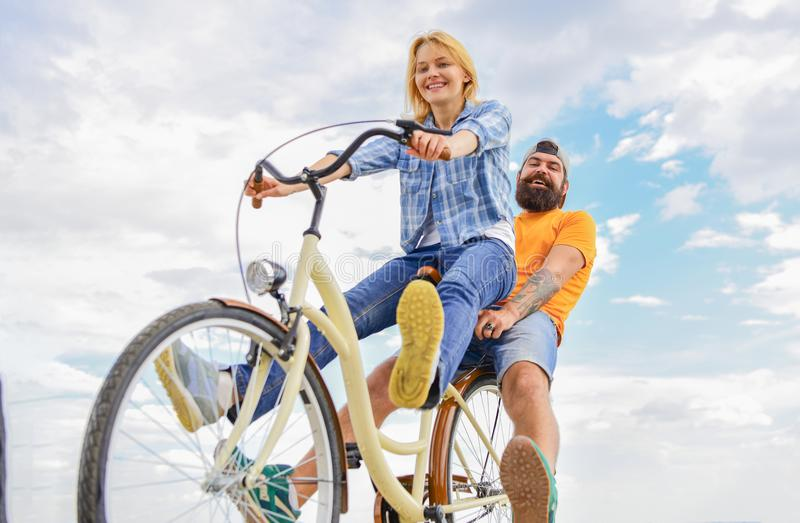 Fietshuur of fietshuur voor korte perioden Paar met de hemelachtergrond van de fiets romantische datum Paar in liefde stock foto's