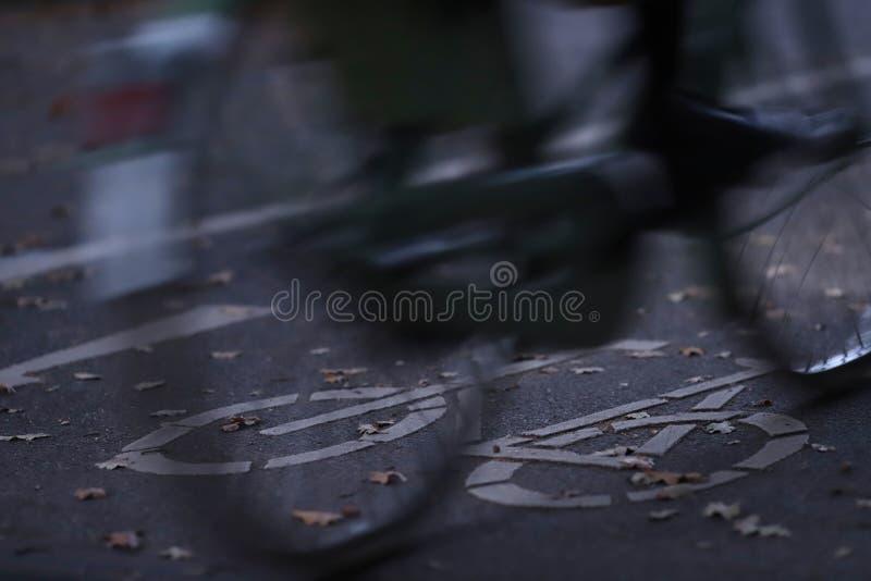 fietspad in vroeg ochtendlicht met een bewegende fiets in voorgrond - stedelijk het omzetten concept - motieonduidelijk beeld royalty-vrije stock afbeeldingen