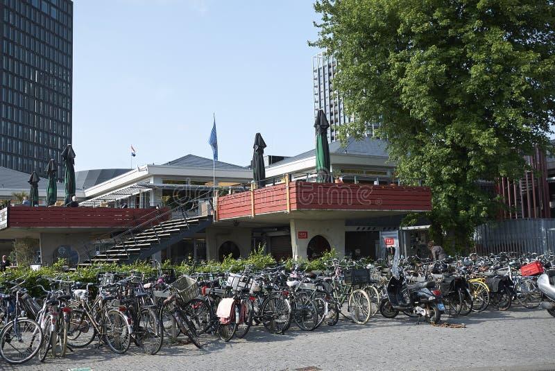 Fietsparkeren in Amsterdam Noord stock fotografie