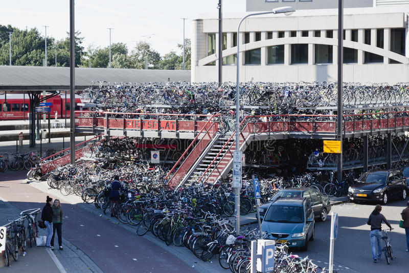 Fietsparkeren, Groninger-Station, Nederland royalty-vrije stock foto
