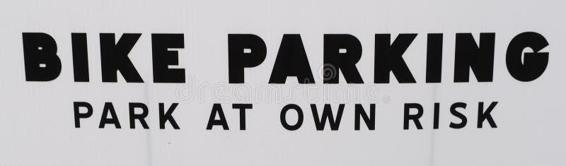 FIETSparkeren: Het PARK ondertekent OP EIGEN RISICO het vragen slechts om fietsers aan park royalty-vrije stock foto's