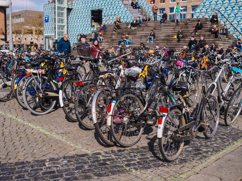 Fietsparkeren in het stadscentrum in de meeste studentenstad in Nederland - Groningen stock afbeelding