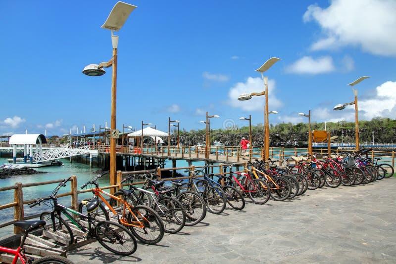 Fietsparkeren op de waterkant in Puerto Ayora, Santa Cruz Is royalty-vrije stock afbeelding