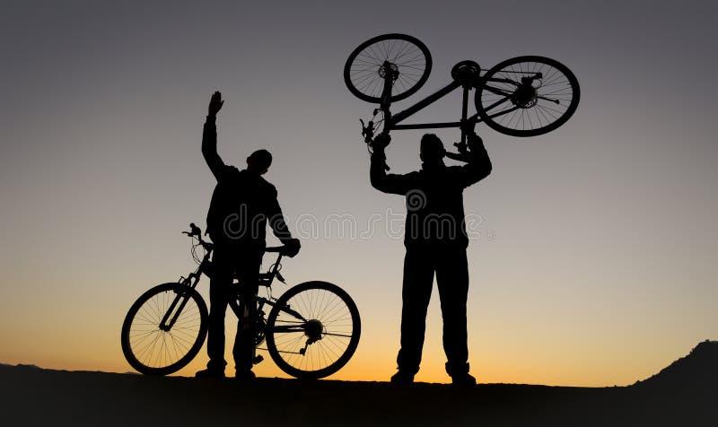 fietsreizen, succesvol team en geluk stock afbeeldingen