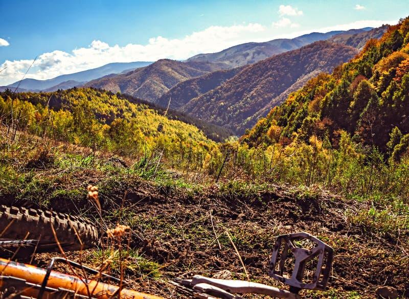 Fietsrit op de kleurrijke de herfstheuvels stock foto