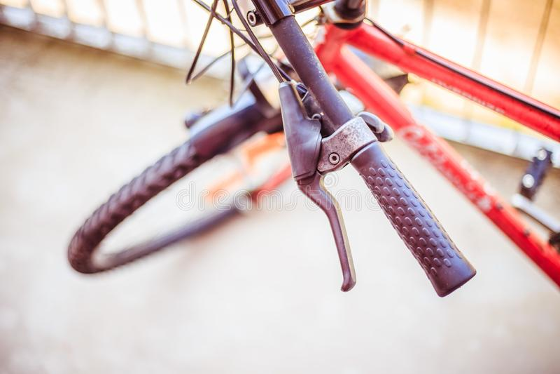 Fietsstuur en onderbrekingen, fietsreparatie, vage achtergrond royalty-vrije stock afbeeldingen