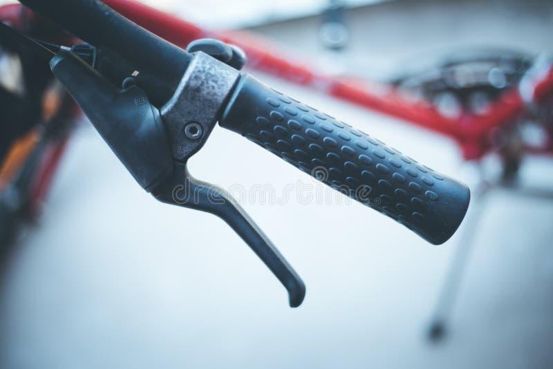 Fietsstuur en onderbrekingen, fietsreparatie, vage achtergrond stock afbeelding