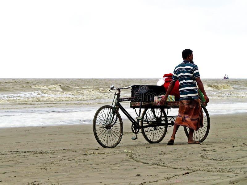 Fietsverkoper bij Kuakata-strand, Baai van Bengalen, Bangladesh royalty-vrije stock afbeelding