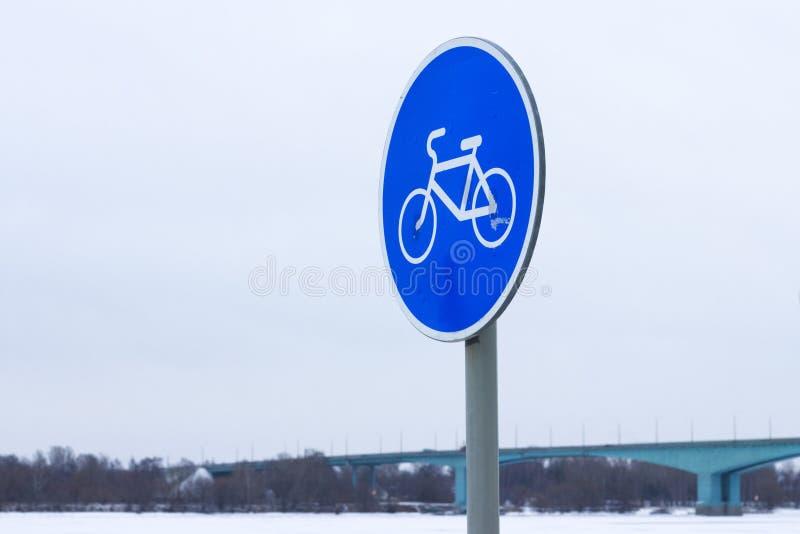 Fietsweg in de winter stock foto