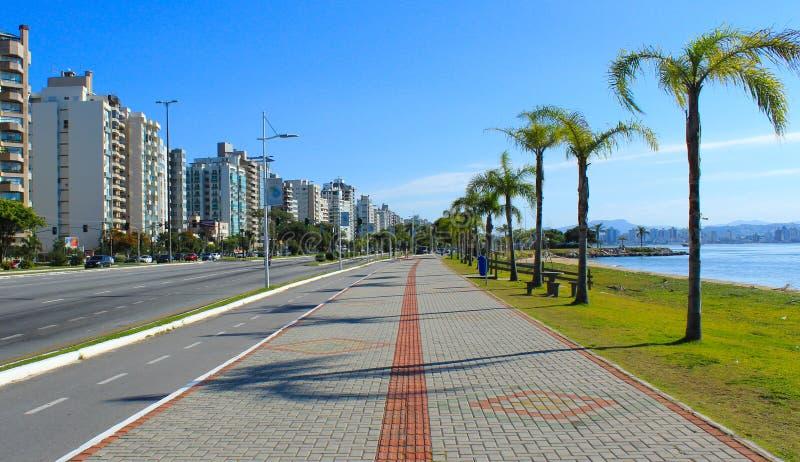 Fietsweg en overzeese kust in Florianopolis stock afbeeldingen