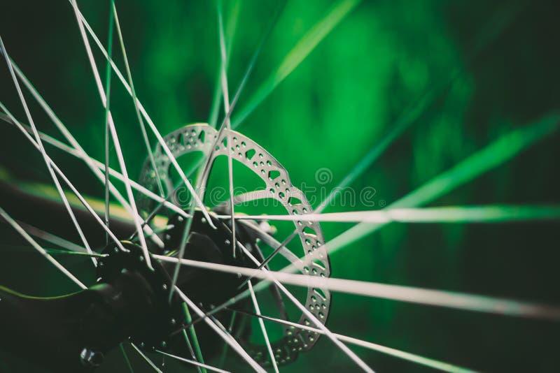 Fietswiel op het de Weidegebied van het de Zomer Groene Gras stock afbeeldingen