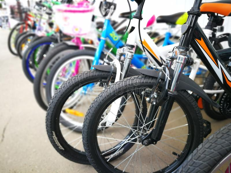 Fietswinkel, rijen van nieuwe fietsen royalty-vrije stock afbeeldingen