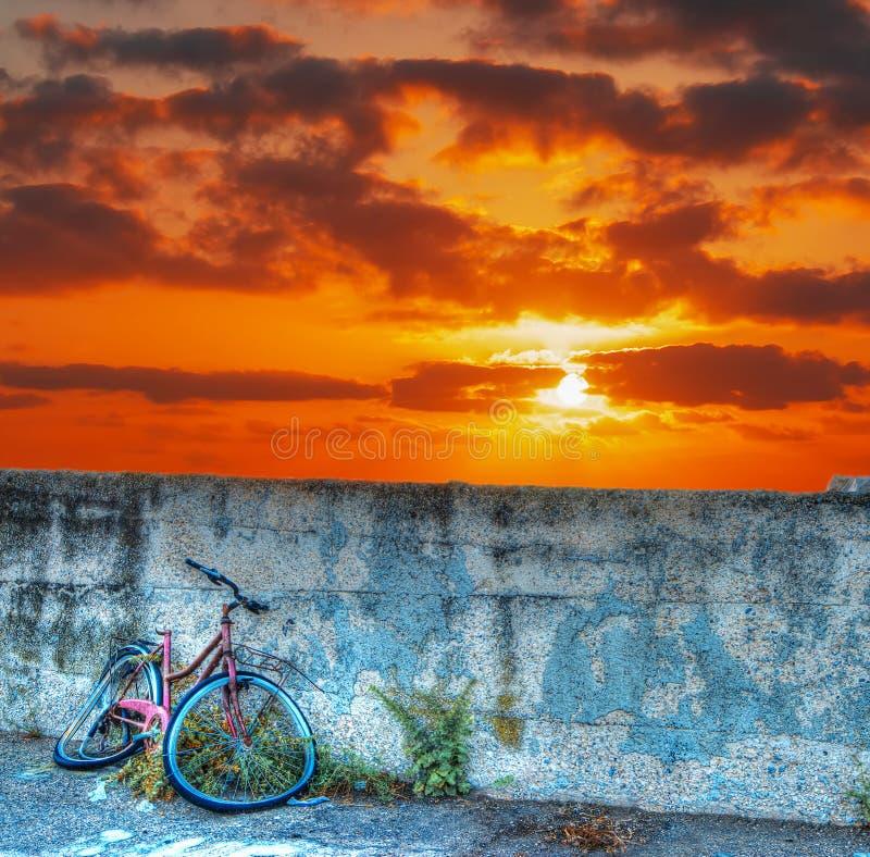 Download Fietswrak Bij Zonsondergang Stock Foto - Afbeelding bestaande uit roest, wolken: 54083356