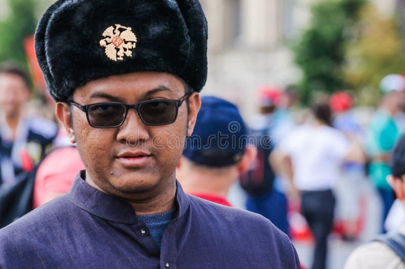 2018 FIFA puchar świata Malezyjski turysta w obywatelu odziewa, okulary przeciwsłoneczni i Rosyjscy kapeluszowi ucho łopoty zdjęcia stock