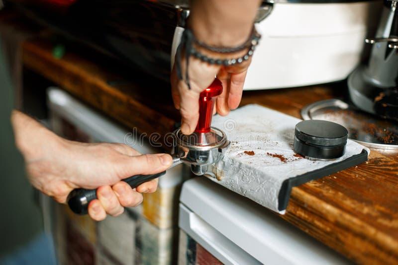 Fifflar använda för Barista pressar malt kaffe royaltyfri fotografi
