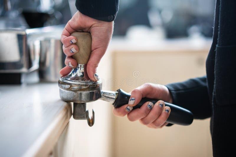 Fifflar använda för Barista pressar malt kaffe royaltyfri bild