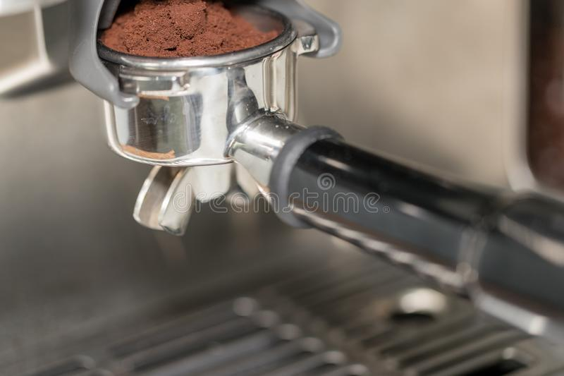 Fifflar använda för Barista pressar malt kaffe royaltyfri foto