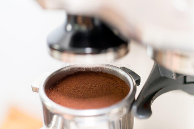 Fifflar använda för Barista pressar malt kaffe royaltyfria foton