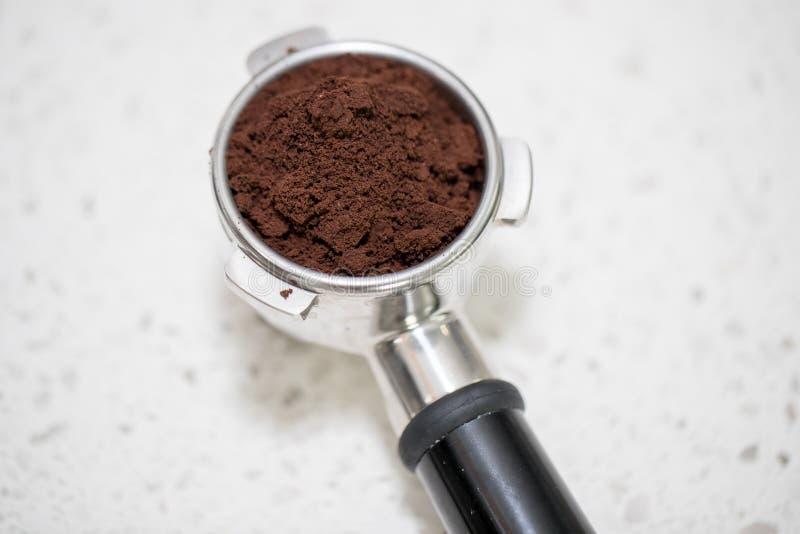 Fifflar använda för Barista pressar malt kaffe arkivfoto
