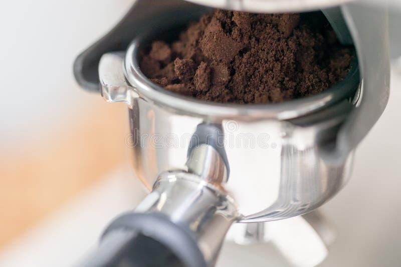 Fifflar använda för Barista pressar malt kaffe arkivbilder