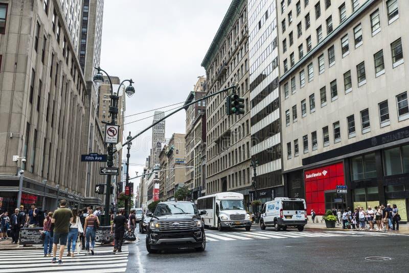 Fifth Avenue 5th avenygata med folk omkring i Manhattan i New York City, USA royaltyfri fotografi