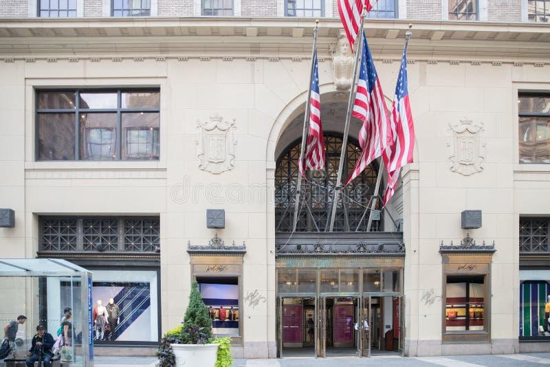 Fifth Avenue & västra 39th gata i Manhattan Herre & Taylor Building i jul fotografering för bildbyråer