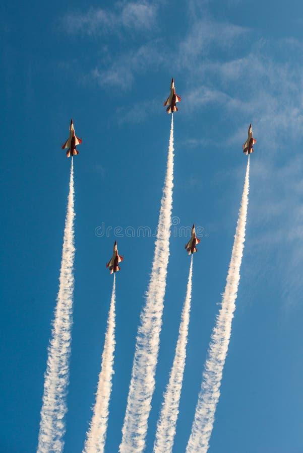 Fiftieth rocznica Singapur 50 rok święto państwowe próby, myśliwska formacja latał nad miastem zdjęcie stock