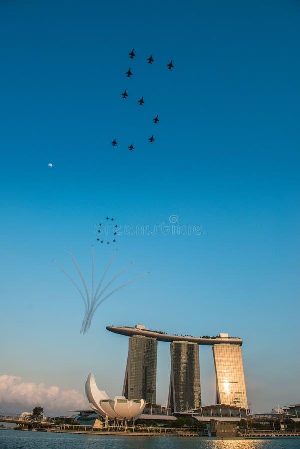 Fiftieth rocznica Singapur 50 rok święto państwowe próby, myśliwska formacja latał nad miastem fotografia stock