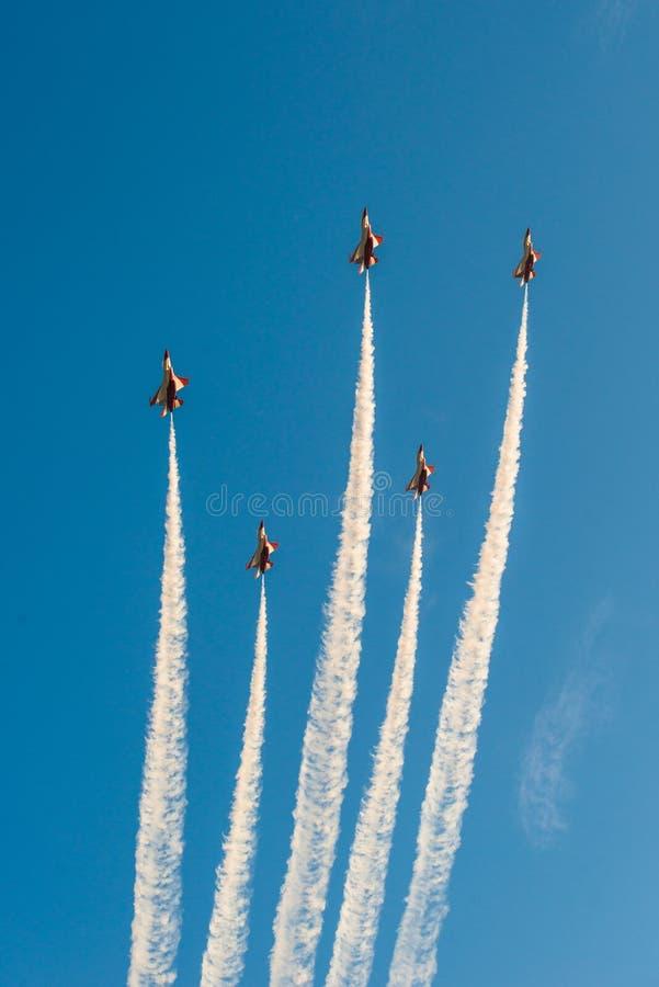 Fiftieth rocznica Singapur 50 rok święto państwowe próby, myśliwska formacja latał nad miastem zdjęcie royalty free
