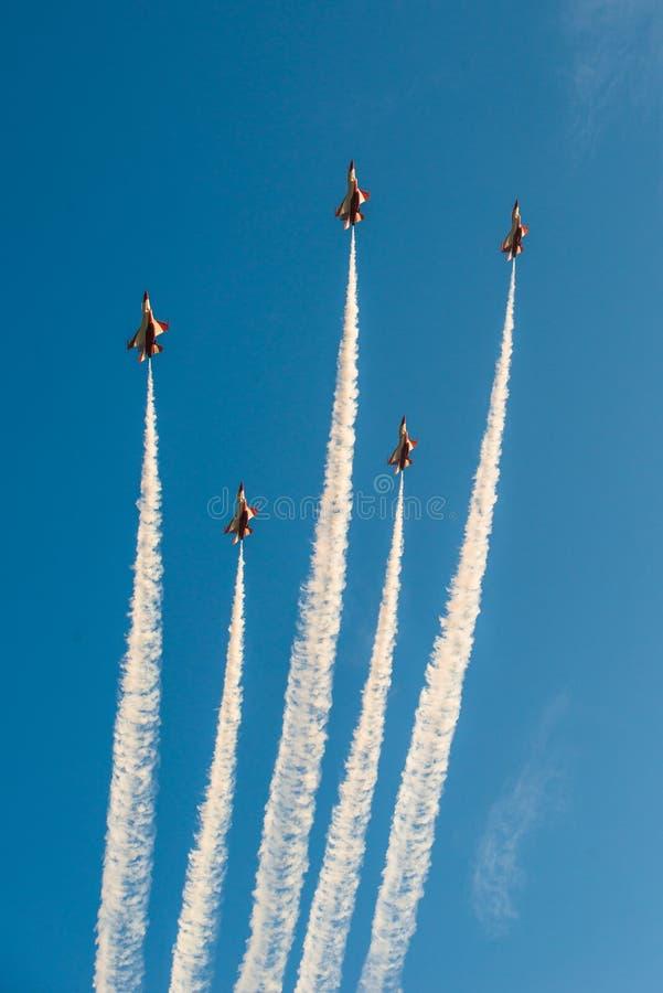 Fiftieth rocznica Singapur 50 rok święto państwowe próby, myśliwska formacja latał nad miastem zdjęcia stock