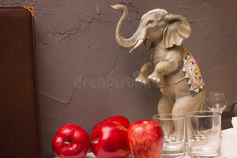 Figürchen eines Elefanten auf der Hintergrundwand lizenzfreies stockfoto