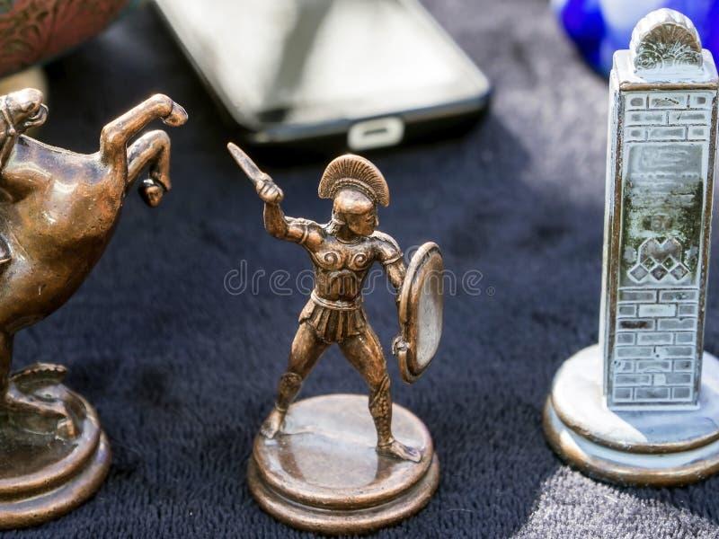 Figürchen eines griechischen Kriegers gemacht vom Metall an einer Flohmarkt in Tiflis stockfotos