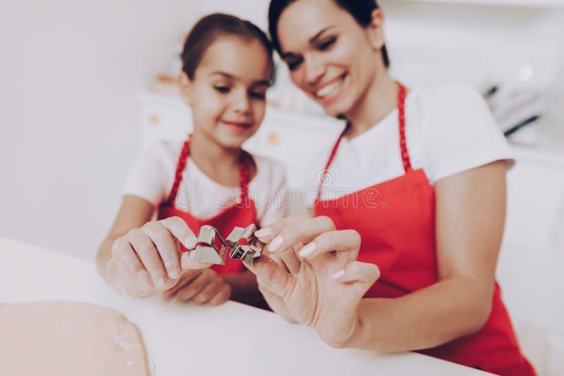 Figürchen für Plätzchen Lächeln-Mutter und Tochter lizenzfreies stockfoto