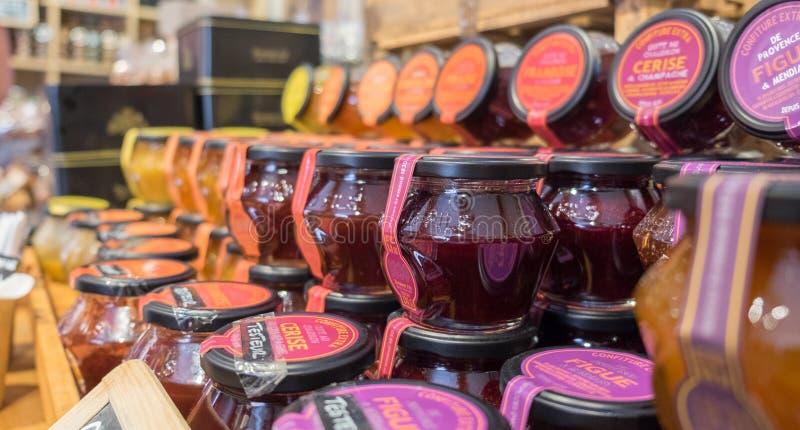 Fig. en andere vruchten jam voor verkoop bij opslag in het gebied van de Provence stock foto