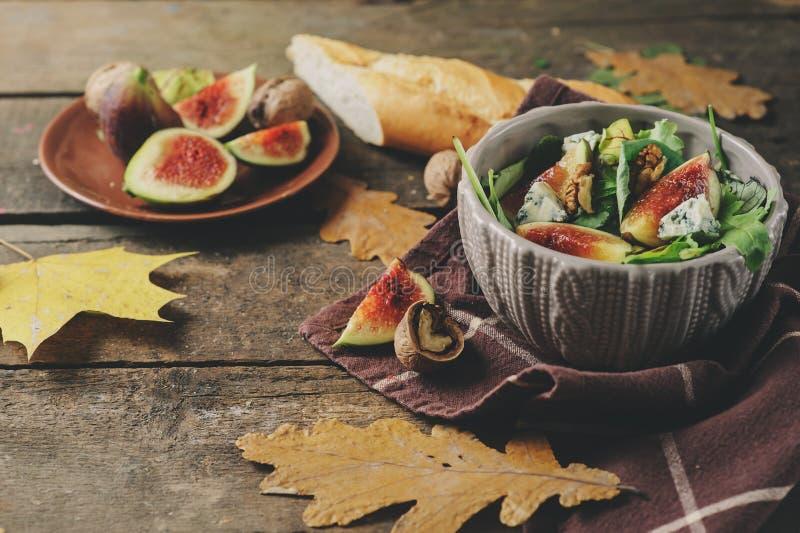 Fig.salade met schimmelkaas en ruccola op rustieke houten achtergrond stock afbeeldingen