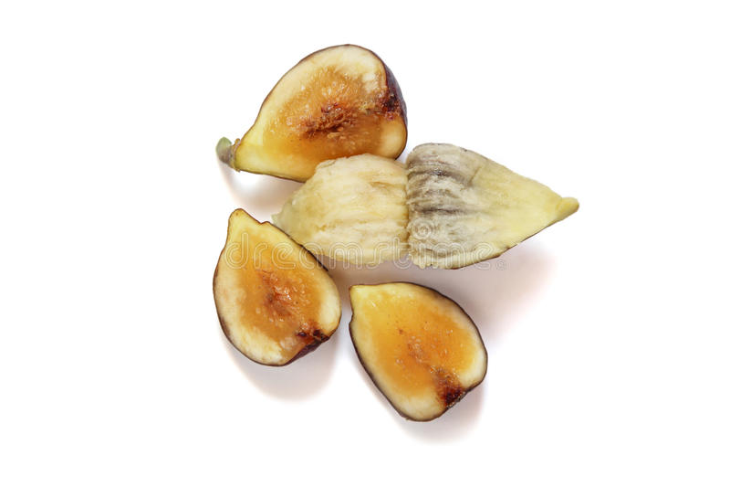 Fig.vruchten besnoeiing door om het vlees en de zaden op witte achtergrond te tonen royalty-vrije stock foto's