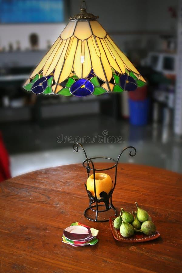 Fig., vruchten en ontwerperlampen royalty-vrije stock fotografie