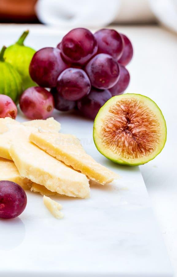 Figi, czerwoni winogrona i barani ` s serowy manchego, pisać na maszynie obrazy stock
