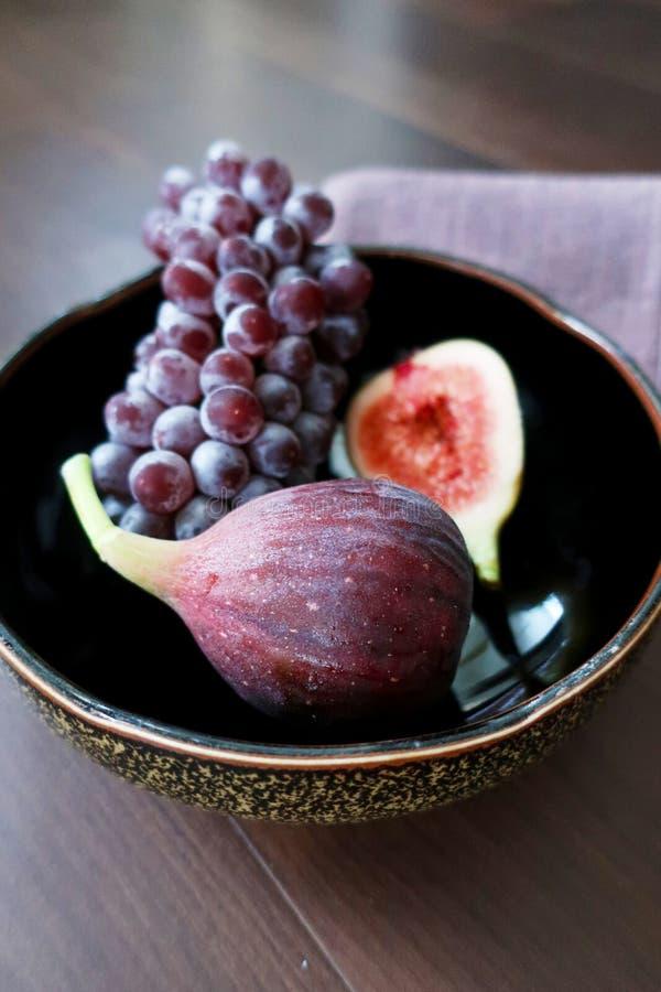 Figi i czerwoni winogrona fotografia stock