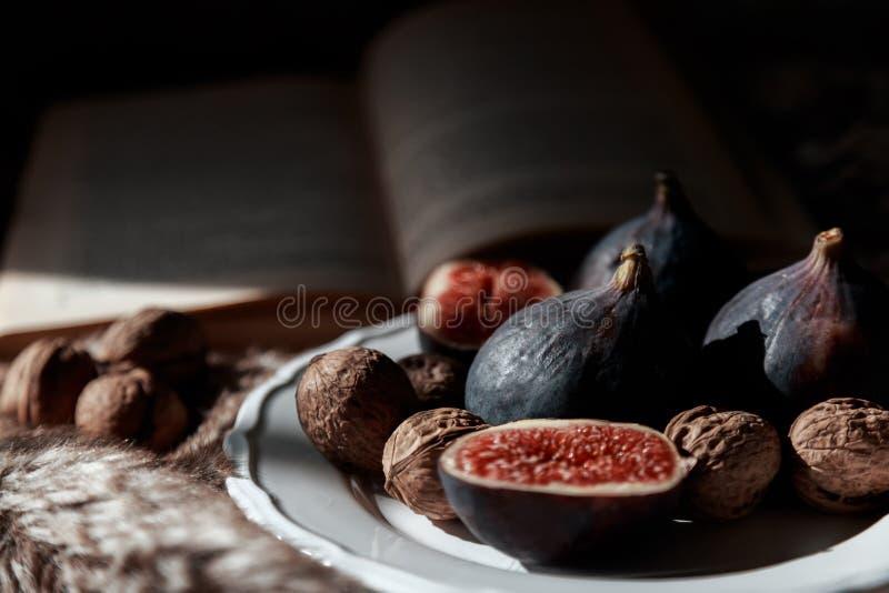 Figi i dokrętki na talerzu obraz stock