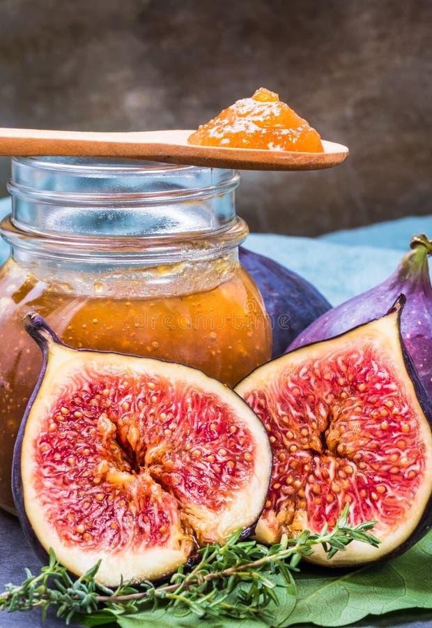 Figi przyskrzyniają lub marmoladowa prezerwa i świeże fig owoc fotografia stock