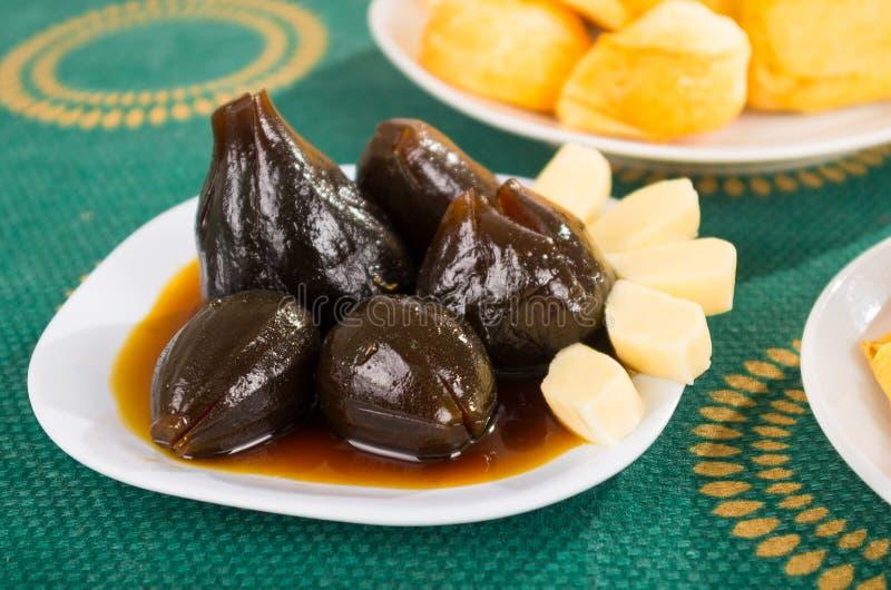 Figi z miodem i serem słuzyć na białym naczynia, tradycyjnego i wyśmienicie deserze, obrazy royalty free